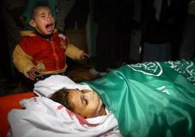 Niño en el entierro de su hermana Aya Al Astal, a la que dispararon soldados israel�es