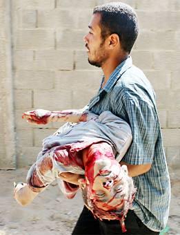 Palestino llevando el cadáver de un niño en Gaza