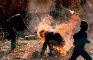hombre quemado vivo