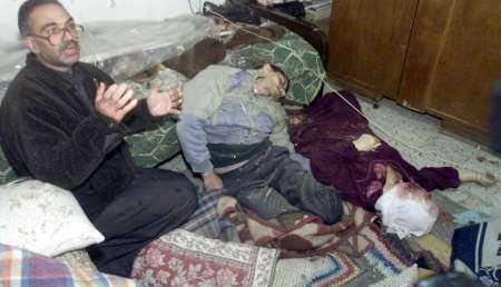 Sami Abda junto a los cadáveres de su hermano Jakub y su madre Sumaya