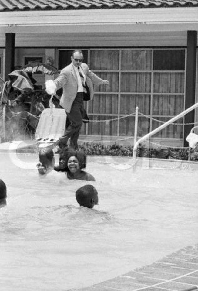James Brock, director del Monson Motor Lodge, vierte ácido sobre los manifestantes negros que intentan bañarse en la piscina de su hotel. 18 junio de 1964. Fuente
