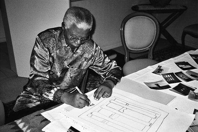 Mandela dibujando en el año 2002. Foto: Archivo